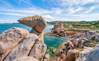 Escalader les rochers de la côte de Granit rose