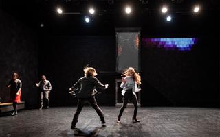 Insoutenables longues étreintes : la série, imaginée par Galin Stoev au ThéâtredelaCité